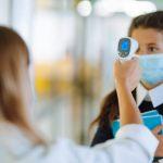 Enfermera escolar tomando temperatura a alumna con enfermedad crónica, papel que reivindica POP
