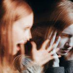 La esquizofrenia temprana presenta síntomas más graves