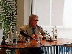 el profesor Banderath, de Colonia en la rp de prensa de París de Bioprojet